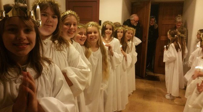 Stort luciaoptog i Hellevad Kirke