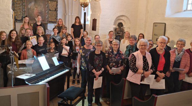 Vi synger og spiller på dansk i Hellevad Kirke